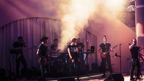 Ζώνη σκληρής ροκ που δίνει μια συναυλία Στοκ φωτογραφία με δικαίωμα ελεύθερης χρήσης
