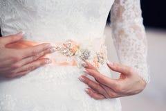 Ζώνη στο φόρεμα της νύφης Στοκ φωτογραφία με δικαίωμα ελεύθερης χρήσης