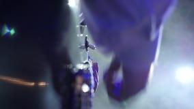 Ζώνη της Jazz στο παιχνίδι κιθαριστών σκηνικών κινηματογραφήσεων σε πρώτο πλάνο στον καπνό και το φως του σταδίου απόθεμα βίντεο
