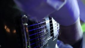 Ζώνη της Jazz στο παιχνίδι σκηνικών κιθαριστών στον καπνό και το φως του σταδίου φιλμ μικρού μήκους