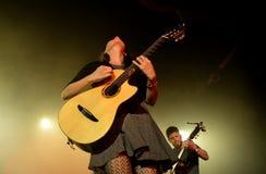 Ζώνη του Rodrigo Υ Gabriela από το Μεξικό στη συναυλία στη σκηνή υπερβολικής δημόσια προβολής στοκ εικόνες