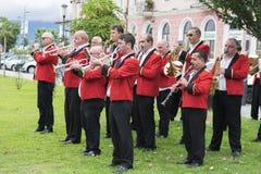 Ζώνη των μουσικών στις κόκκινες στολές Στοκ εικόνα με δικαίωμα ελεύθερης χρήσης