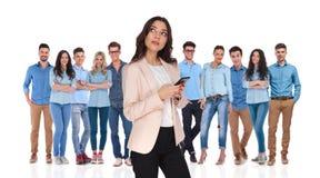 Ηγέτης επιχειρηματιών με το τηλέφωνο που σκέφτεται μπροστά από το τσάι της Στοκ Φωτογραφία