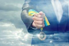 Ηγέτης μεταλλίων στο χέρι επιχειρηματιών Στοκ εικόνα με δικαίωμα ελεύθερης χρήσης