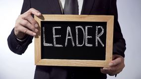 Ηγέτης που γράφεται στον πίνακα, businessperson σημάδι εκμετάλλευσης, επιχειρησιακή έννοια Στοκ φωτογραφία με δικαίωμα ελεύθερης χρήσης