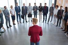 Ηγέτης που στέκεται μπροστά από την επιτυχή επιχειρησιακή ομάδα του