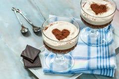 Ηδύποτο καφέ και επιδόρπιο κρέμας σοκολάτας στοκ εικόνες