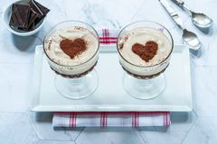 Ηδύποτο καφέ και επιδόρπιο κρέμας σοκολάτας στοκ εικόνα
