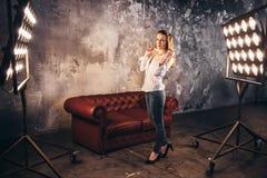 Ηθοποιός κοριτσιών στον καναπέ λαμβάνοντας υπόψη soffits Στοκ φωτογραφία με δικαίωμα ελεύθερης χρήσης