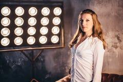 Ηθοποιός κοριτσιών στον καναπέ λαμβάνοντας υπόψη soffits Στοκ Φωτογραφία