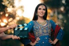 Ηθοποιός Bollywood που φορά μια ινδική εξάρτηση με το χρυσό σύνολο κοσμήματος Στοκ Εικόνα