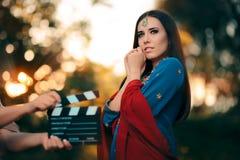 Ηθοποιός Bollywood που φορά μια ινδική εξάρτηση με το χρυσό σύνολο κοσμήματος Στοκ Εικόνες