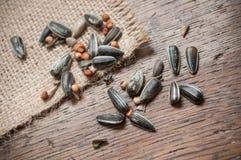Ηλίανθος και μικτοί σπόροι στο ξύλινο υπόβαθρο Στοκ Φωτογραφίες