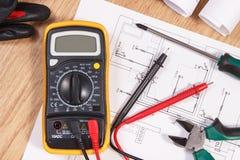 Ηλεκτρικά διαγράμματα, πολύμετρο για τη μέτρηση στην ηλεκτρική εγκατάσταση και εξαρτήματα για τη χρήση στις εργασίες μηχανικών Στοκ φωτογραφίες με δικαίωμα ελεύθερης χρήσης