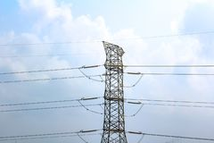 Ηλεκτρικά ηλεκτροφόρα καλώδια υψηλής τάσης, ενάντια σε έναν μπλε ουρανό στοκ φωτογραφία με δικαίωμα ελεύθερης χρήσης