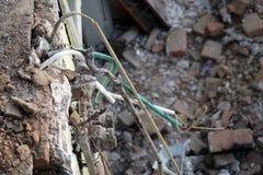Ηλεκτρικά καλώδια από το ανώτατο όριο από το κατεδαφισμένο σπίτι στοκ φωτογραφία με δικαίωμα ελεύθερης χρήσης