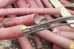 Ηλεκτρικά καλώδια στους προστατευτικούς σωλήνες Ανασκαφή και συντήρηση Στοκ εικόνες με δικαίωμα ελεύθερης χρήσης