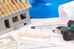 Ηλεκτρικά σχέδια, εργαλεία εργασίας και εξαρτήματα, μικρά σπίτι και δολάριο νομισμάτων, έννοια εγχώριων δαπανών οικοδόμησης Στοκ εικόνες με δικαίωμα ελεύθερης χρήσης