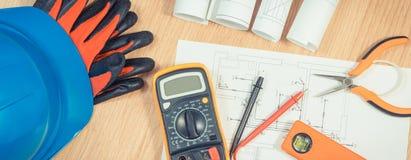 Ηλεκτρικά σχέδια, πολύμετρο για τη μέτρηση στην ηλεκτρική εγκατάσταση και εξαρτήματα για τις εργασίες μηχανικών στοκ φωτογραφία