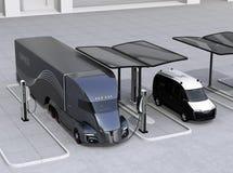 Ηλεκτρικά φορτηγό και φορτηγό που χρεώνουν στο σταθμό χρέωσης που τροφοδοτείται από το σύστημα ηλιακών πλαισίων ελεύθερη απεικόνιση δικαιώματος
