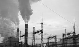 Ηλεκτρικές καλώδια και εγκαταστάσεις παραγωγής ενέργειας στοκ εικόνα με δικαίωμα ελεύθερης χρήσης