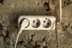 Ηλεκτρικές μοντάρισμα και εγκατάσταση εργασιών υποδοχών ελαφριές στο υπόβαθρο συμπαγών τοίχων ασβεστοκονιάματος στοκ εικόνες