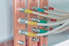 Ηλεκτρικές μπάρες τροφοδότησης που συνδέονται με το με τα καλώδια ή τα καλώδια Στοκ εικόνα με δικαίωμα ελεύθερης χρήσης