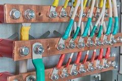 Ηλεκτρικές μπάρες τροφοδότησης που συνδέονται με το με τα καλώδια ή τα καλώδια Στοκ Εικόνες