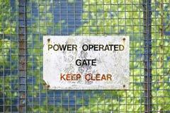 Ηλεκτρικές χρησιμοποιημένες πύλες δύναμης στην είσοδο για την πρόσβαση ασφάλειας στο εργοτάξιο κατασκευής στοκ εικόνες