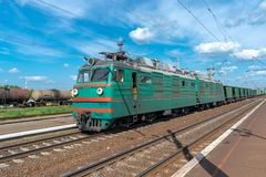 Ηλεκτρική ατμομηχανή με το τραίνο φορτίου στοκ εικόνα με δικαίωμα ελεύθερης χρήσης