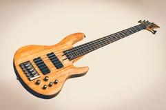 Ηλεκτρική βαθιά κιθάρα που απομονώνεται στο λευκό - αναδρομικό ύφος στοκ εικόνα