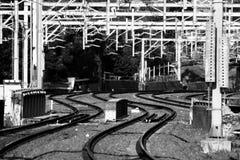 Ηλεκτρική γραμμή σιδηροδρόμων τραίνων με τα καλώδια Στοκ φωτογραφία με δικαίωμα ελεύθερης χρήσης