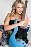 ηλεκτρική γυναίκα κιθάρων στοκ φωτογραφία με δικαίωμα ελεύθερης χρήσης