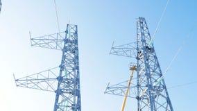 Ηλεκτρική εγκατάσταση πύργων για τη γραμμή μετάδοσης κάτω από το σαφή ουρανό απόθεμα βίντεο