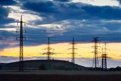 Ηλεκτρική ενέργεια - ενεργειακή βιομηχανία δύναμης - ηλεκτρικοί πόλοι στους ήλιους στοκ φωτογραφία με δικαίωμα ελεύθερης χρήσης