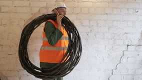 Ηλεκτρική ενέργεια και έννοια ανθρώπων ` s - σκληρή δουλειά στο εσωτερικό απόθεμα βίντεο