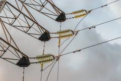 Ηλεκτρική ενέργεια τεχνολογιών στα καλώδια με τους μονωτές και την ηλεκτρική τάση υψηλής δύναμης στοκ εικόνα
