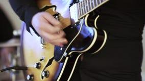 Ηλεκτρική κιθάρα στο banket απόθεμα βίντεο