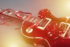 Ηλεκτρική κιθάρα ως παρόν στοκ εικόνα