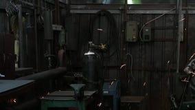 Ηλεκτρική λείανση ροδών στη δομή χάλυβα και τους καυτούς σπινθήρες απόθεμα βίντεο