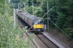 Ηλεκτρική μονάδα τεσσάρων κομματιού μεταφορών βρετανικών τραίνων στη διαδρομή Στοκ Φωτογραφίες