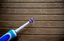 Ηλεκτρική οδοντόβουρτσα στο ξύλινο υπόβαθρο με το διάστημα αντιγράφων για το κείμενό σας στοκ φωτογραφία με δικαίωμα ελεύθερης χρήσης