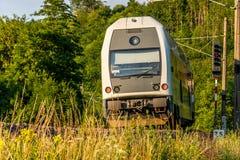 Ηλεκτρική περιφερειακή ατμομηχανή που περνά την τσεχική επαρχία στοκ εικόνα με δικαίωμα ελεύθερης χρήσης
