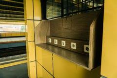 Ηλεκτρική υποδοχή στον ξύλινο τοίχο στη χρέωση στη δυνατότητα στο σταθμό τρένου της δημόσιας φωτογραφίας περιοχής που λαμβάνεται  στοκ φωτογραφίες με δικαίωμα ελεύθερης χρήσης