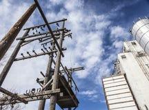 Ηλεκτρικοί μετασχηματιστές και σιλό σιταριού στοκ φωτογραφίες με δικαίωμα ελεύθερης χρήσης