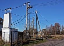 Ηλεκτρικοί μετασχηματιστής και ηλεκτροφόρο καλώδιο στο χωριό Στοκ εικόνα με δικαίωμα ελεύθερης χρήσης