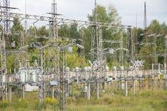 Ηλεκτρικοί πόλοι και καλώδια υποσταθμών Στοκ Φωτογραφία