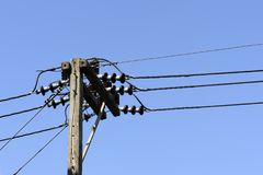 ηλεκτρικοί πόλοι νύχτας φεγγαριών Στοκ φωτογραφίες με δικαίωμα ελεύθερης χρήσης