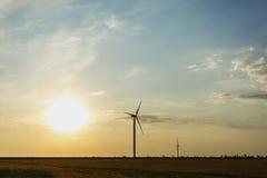 Ηλεκτρικός ανεμόμυλος σε ένα υπόβαθρο ηλιοβασιλέματος εναλλακτική ενέργεια Καινοτόμος ενέργεια παράγοντας και κατασκευαστικός διά Στοκ Εικόνα