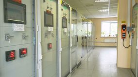 Ηλεκτρικός εξοπλισμός στα ντουλάπια με τις πόρτες γυαλιού απόθεμα βίντεο